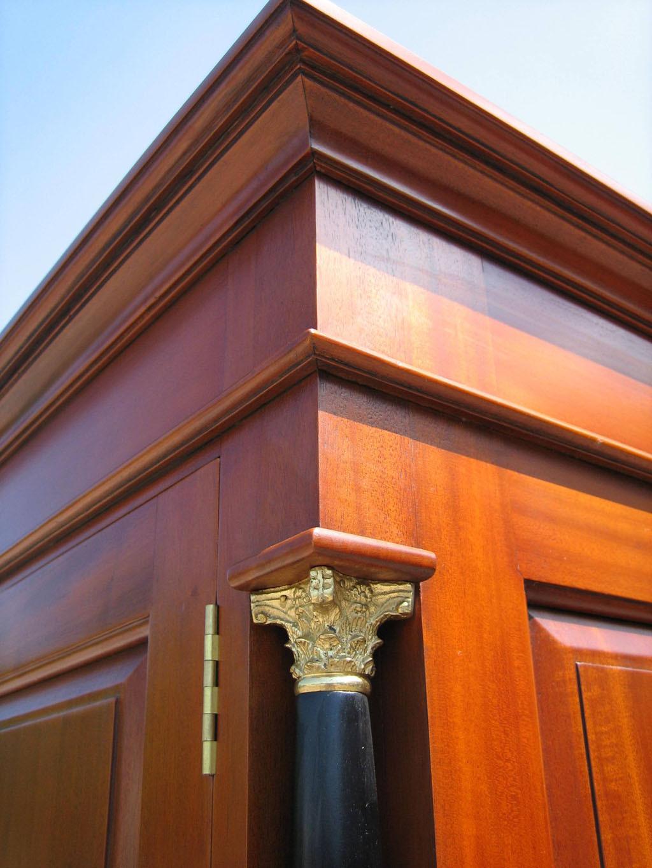 biedermeier garderobe antik massiv blick nach innen innenansicht biedermeier schrank kirschbaum kapitelle oben und kranz