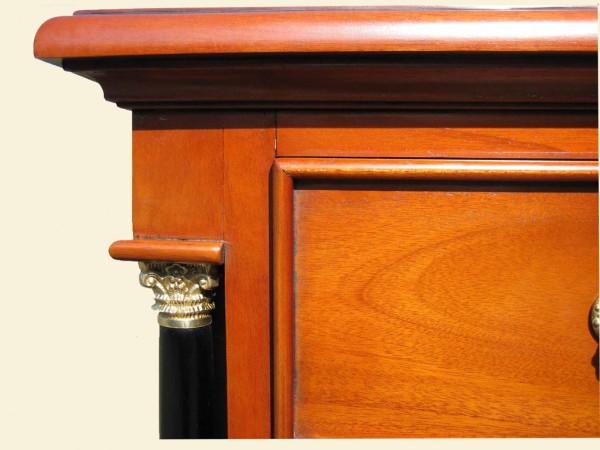 Biedermeier Sideboard Kapitelle oben und Kranz