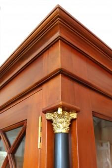 Vitrine Biedermeier antik massiv Detail Kranz und Antikisierung oben