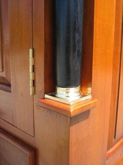 Garderobe antik Biedermeier Kapitelle und Säule unten