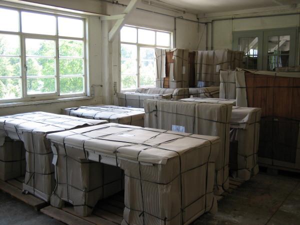 Lager Biedermeier und Biedermeiermöbel antik Schreibtische verpackt