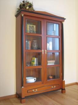 Bücherschrank Biedermeier antik mit Dekoration