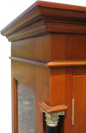 Kirschbaum Vitrine Biedermeier Kranz Kapitelle Tür