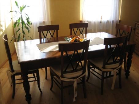 Kirschbaum Stuhl Biedermeier antik mit Tisch gesamt