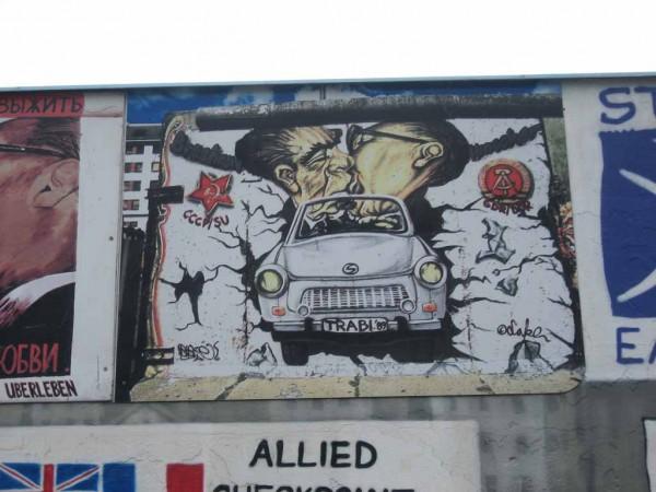 Berliner Bruderkuss an der Mauer
