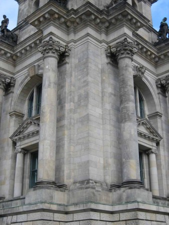 Berlin - Säulen und Kapitellen am Reichstag