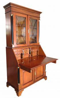 Geöffneter Sekreträr im Stil Biedermeier antik mit Türen für Geschirr und Unterlagen